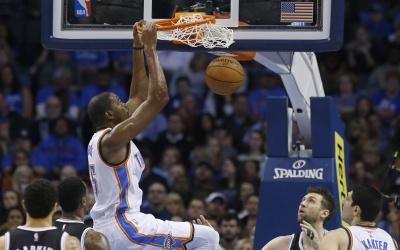 Kevin Durant anotó 30 puntos, Russell Westbrook añadió 27.