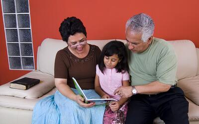 Los abuelos tienen un importante rol en el aprendizaje de sus nietos.