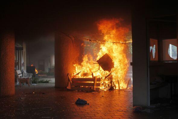 Cuando los manifestantes lograron irrumpir en el inmueble, lanzaron bomb...