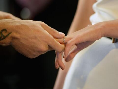 El amor está en el aire, en especial alrededor de todo el mundo,...