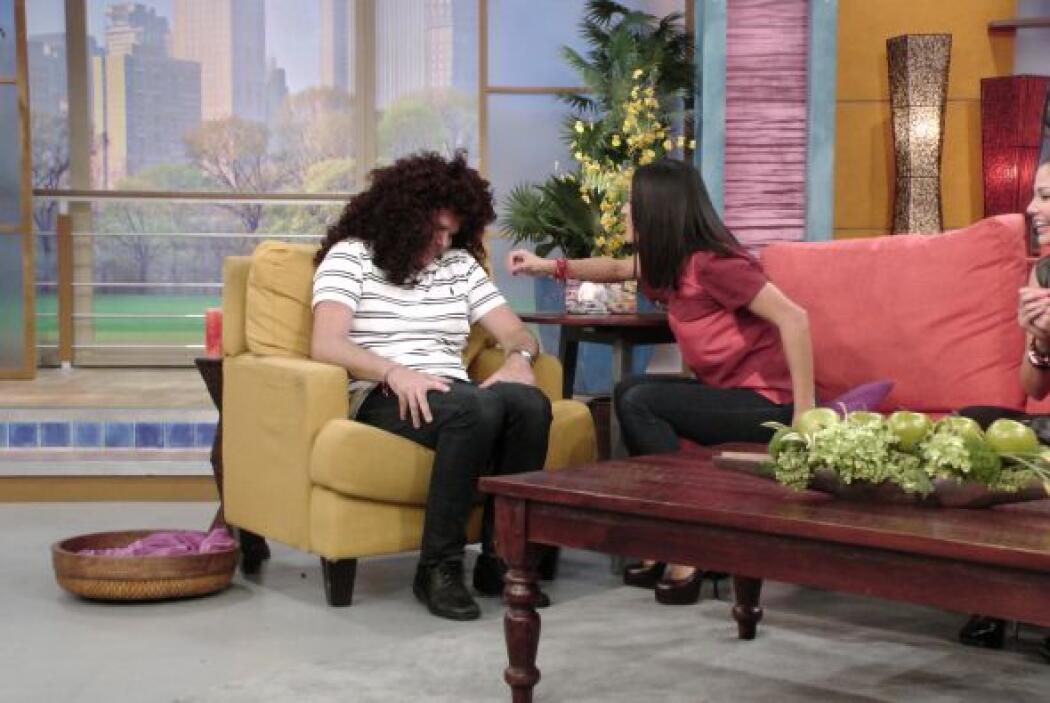 Alan, como siempre, hizo de las suyas en el show. ¡Qué bella peluca!