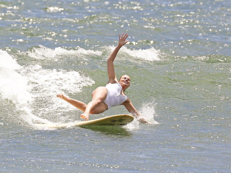 Margot Robbie se divierte surfeando... un ratito.