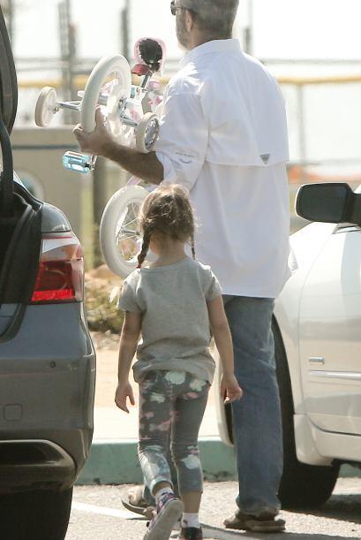 Ella se mostró contenta de tener a su papá para ella sola durante unas h...
