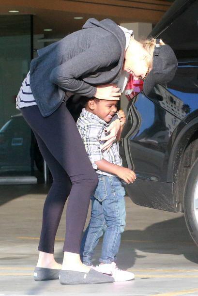 Con un besito en la cabeza demostró mucho amor a su bebé.