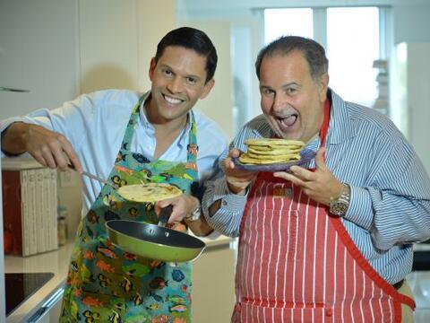Rodner le enseñó a Raúl de Molina a preparar 'pupusarepas'.