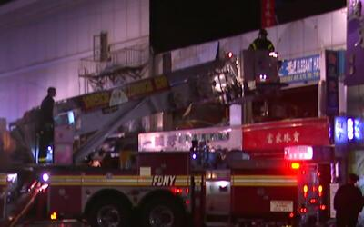 Fuerte incendio afecta varios establecimientos comerciales en Queens