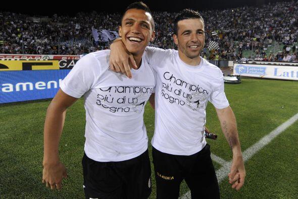Felices los jugadores del Udinese, con playeras conmemorativas, por su a...