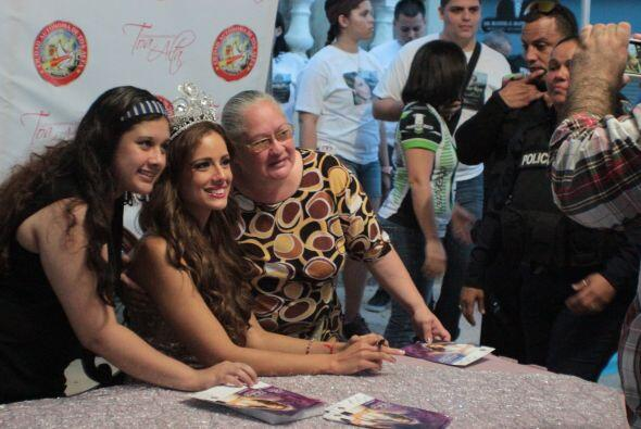 Los autógrafos no se hicieron esperar, Aleyda siempre muy amable...