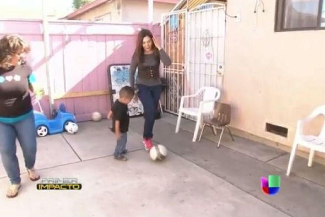 """Mientras se horneaban los """"cupcakes"""" Paula aprovecho para jugar futbol c..."""