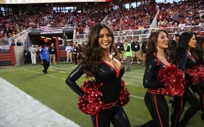 Estrenando uniforme las porristas de los SF 49ers mostraron sus encantos...