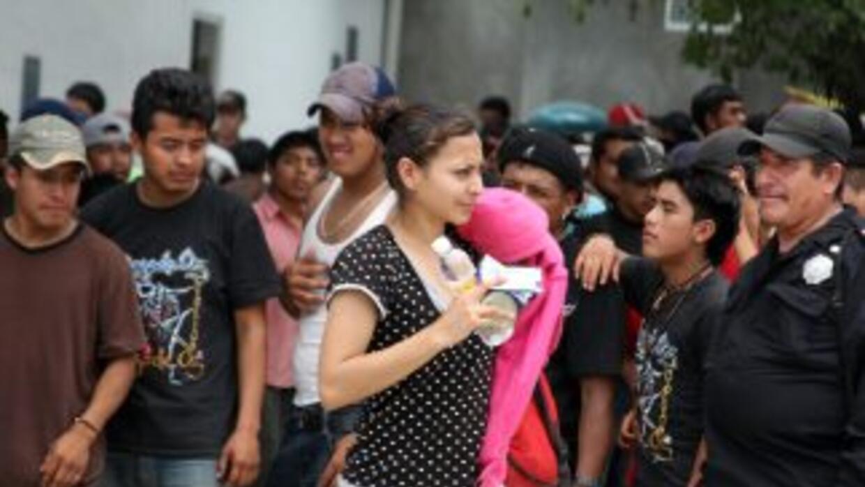 Las autoridades descubrieron a 100 indocumentados que viajaban en en un...
