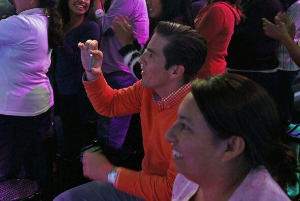 Y Fernando les sacaba fotos desde el público.
