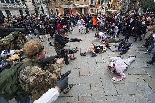 Algunos participantes disfrazados de zombis y soldados simularon una pelea.