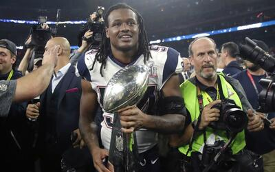 Dont'a Hightower con el trofeo Vince Lombardi tras el Super Bowl LI.