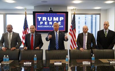 Trump durante su encuentro con agentes de la Patrulla Fronteriza. A su d...