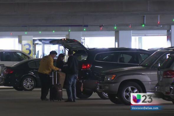 Un video que muestra a una mujer intentando estacionar su auto en una pe...