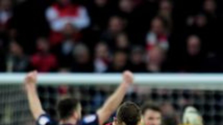 Los jugadores del Blackburn celebran mientras Jack Wilshere se lamenta.