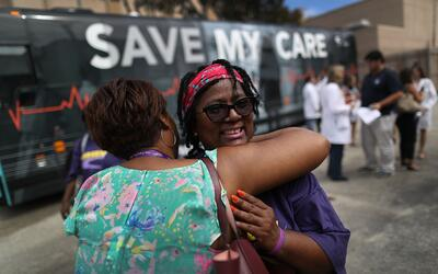 Margalie Williams, sobreviviente de cáncer, recibe un abrazo desp...