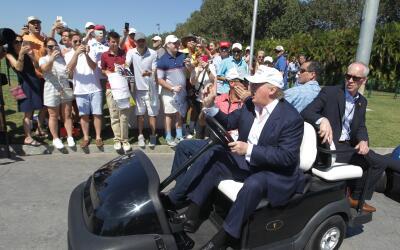 Donald Trump saluda a simpatizantes en su campo de golf en Doral, Florida