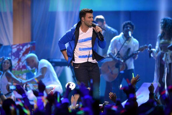 Y en el escenario de Premios Juventud nos conquistó con dicho tema.