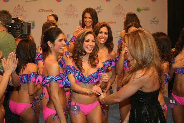 Las chicas que están en su equipo celebraron su triunfo con Claudia.