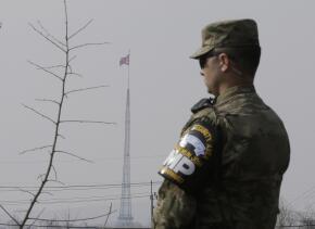 Un soldado de EEUU en Corea del Sur; a lo lejos, la bandera de Norcorea.