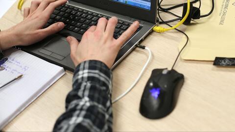 Residentes manifiestan su preocupación por hackeo que afecta el sistema...