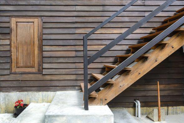 Puede ser pequeña y estrecha, pero eso no significa que la escalera no d...