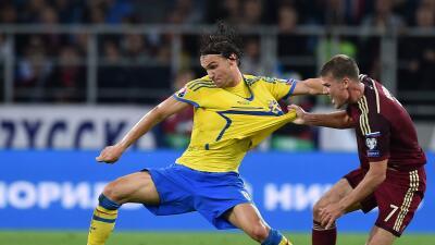 Denisov marca a Ibrahimovic en el Rusia'Suecia.