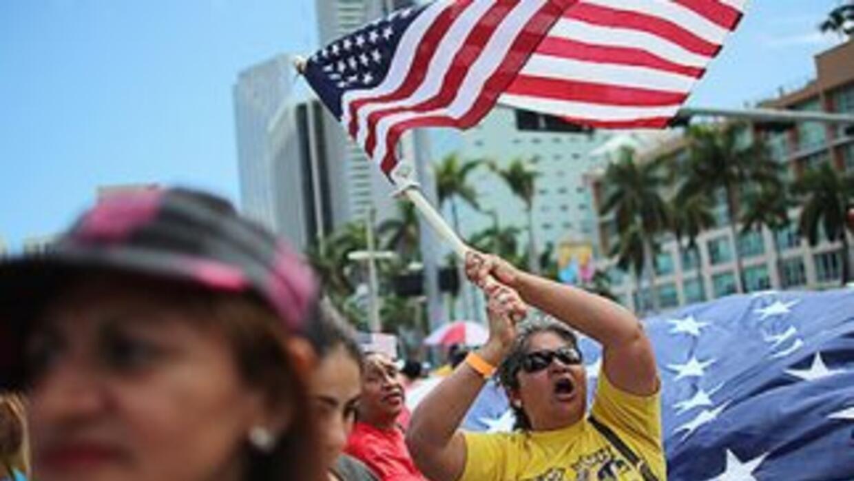 Inmigrantes durante una marcha por la reforma migratoria y contra las de...