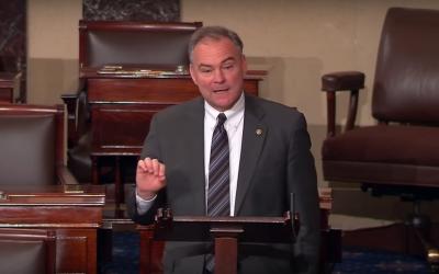 El senador por Virginia Tim Kaine dio en 2013 el primer discurso en espa...
