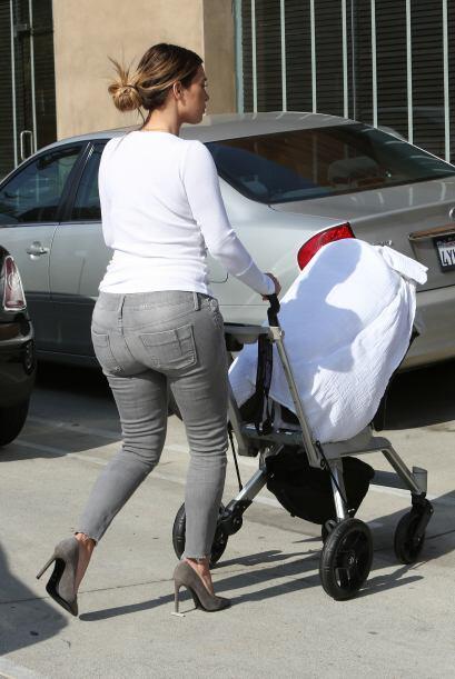 Pero es una mami muy prudente, sabe que su nena es muy pequeña para vola...