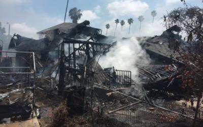 Las llamas causaron daños en tres viviendas.