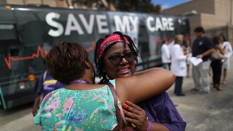 Margalie Williams, sobreviviente de cáncer, recibe un abrazo después de...