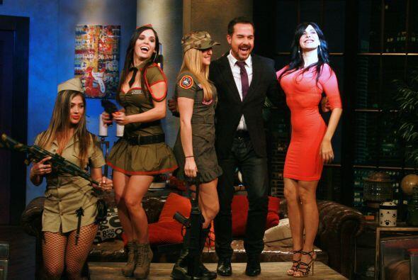 Unas Chicas muy guapas y vestidas con ropa de la milicia llegaron para c...