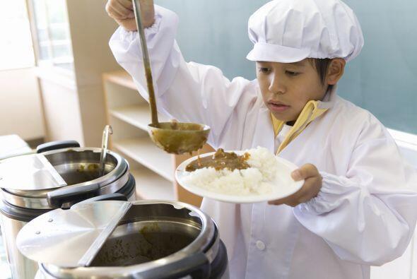 Evita los alimentos jugosos o que se puedan derramar, como sopas o guisa...