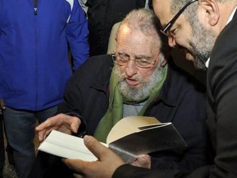 El expresidente cubano Fidel Castro reapareció en público al asistir a l...