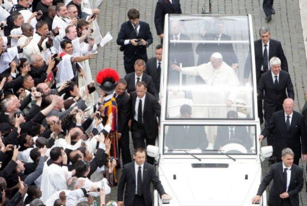 Así se retiró el papa Francisco al final de la celebración.