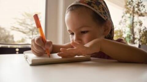 En Kinder los pequeños comienzan a experimentar con la escritura.