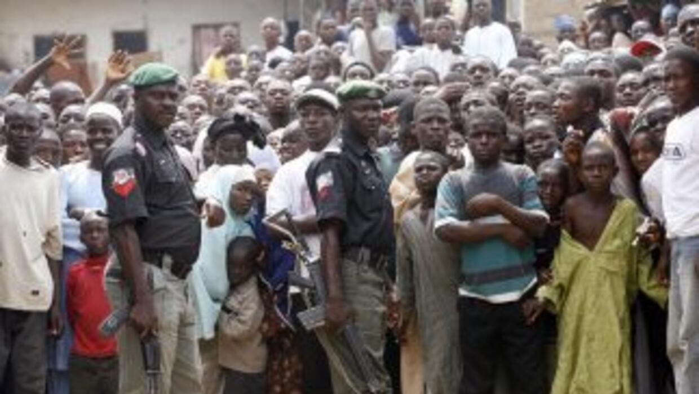 Una multitud los condujo a las afueras de la corte islámica lanzándoles...