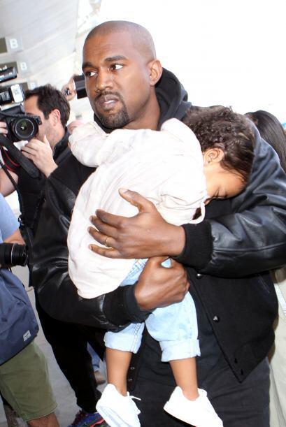Intentó ocultarse en los brazos de Kanye.