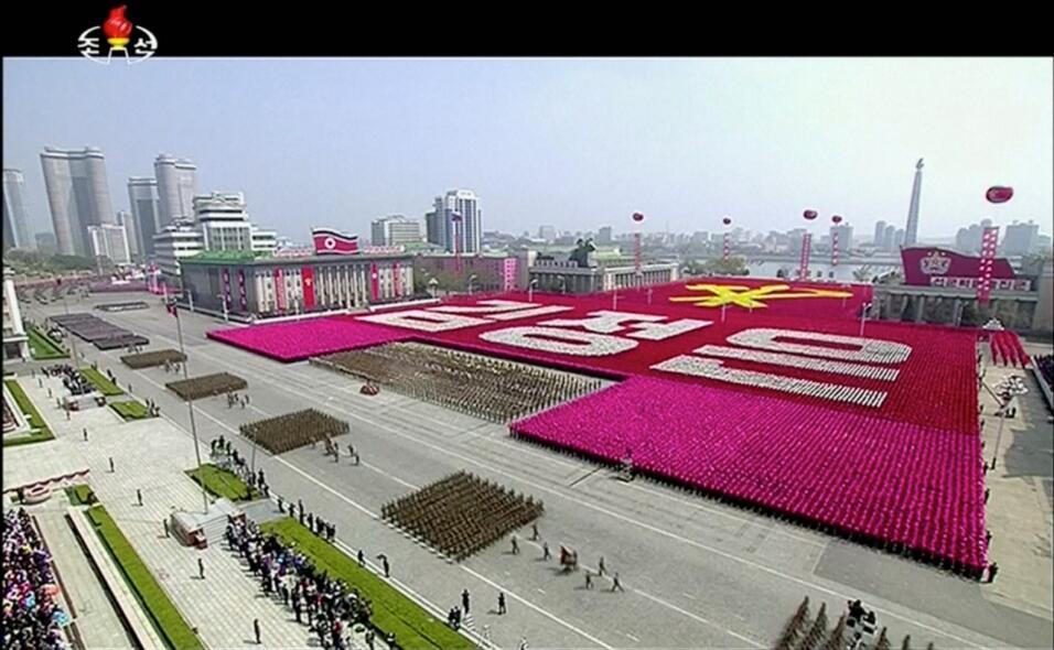 Una visión general del desfile transmitido por la televisión pública nor...