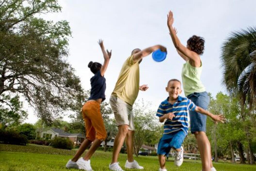 Jugar en el parque, con o sin mascota, es algo que toda la familia debe...