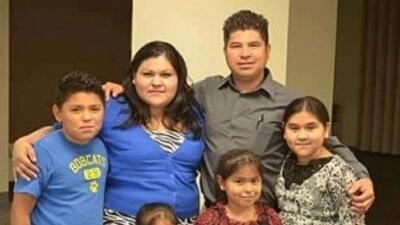 El pastor menonita Max Villatoro junto a su esposa y sus cuatro hijos ci...