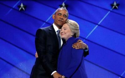 Hillary salió a abrazar a Obama al final de su discurso