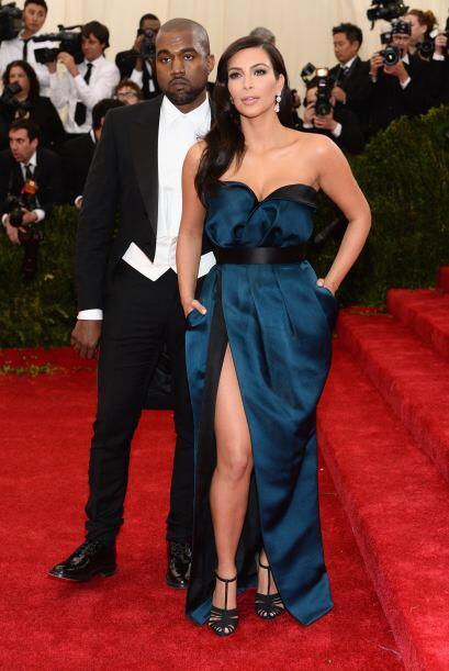 Pero Kim no renunció a su sensualidad, escotes y transparencias.Mira aqu...