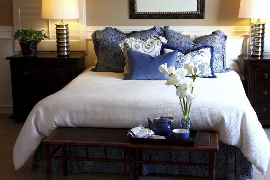 Cambiar la colcha de las camas y las fundas de las almohadas es otra exc...