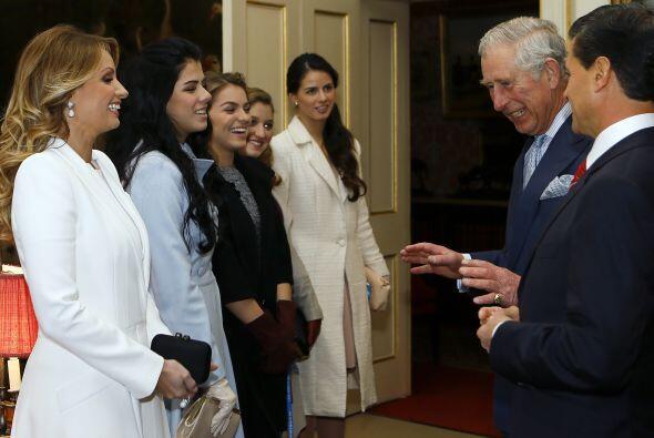 Se nota que el príncipe Carlos cuenta muy buenos chistes.