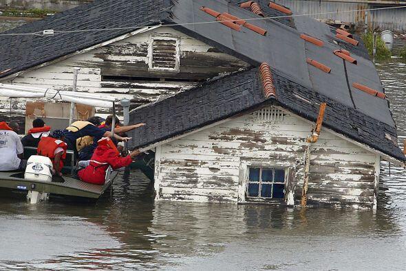 En las horas posteriores al desastre, los equipos de rescate no se daban...