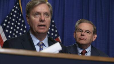 Los senadores Lindsey Graham (izq.), republicano por Carolina del Sur, y...